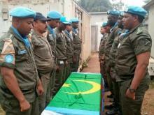 جثمان الدركي بين رفاقه في كتيبة حفظ السلام بإفريقيا الوسطى قبل نقله إلى نواكشوط